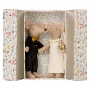16-8740-01-couple-de-souris-en-tenue-de-mariage-et-dans-leur-boite-maileg