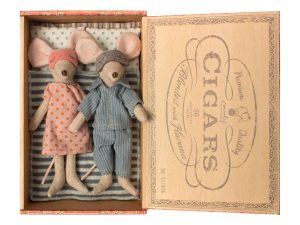 MUM AND DAD IN CIGAR BOX MAILEG
